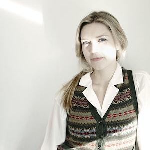 Ingfrid Breie Nyhus foran hvit vegg