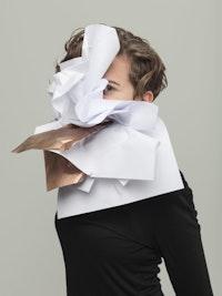 Pressebilde av Jennifer Torrence med tøystykke foran ansiktet