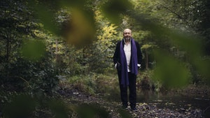 Misha Alperin bak trær