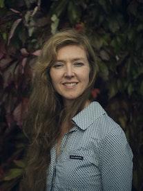 Portrett av Natasha Barrett i hage