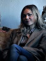 Nina Nielsen sitter i sofa