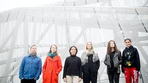 Deltakerne i Rune Rebnes Jentekomposisjonsprosjekt foran bro