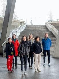Deltakerne i Rune Rebnes Jentekomposisjonsprosjekt foran trapp