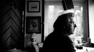 Lasse Thoresen sitter og ser ut av vinduet