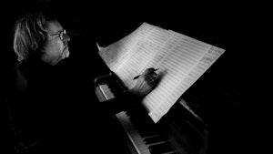 Lasse Thoresen sitter ved klaveret og komponerer