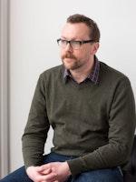 Bjørn Erik Haugen sitter i sofa