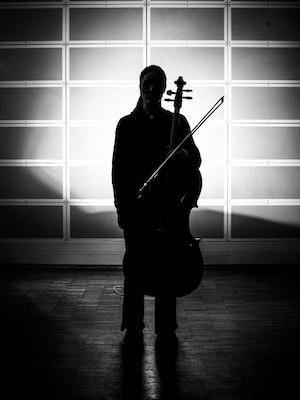 Silhuett av stående cellist