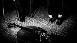Cello ligger på bakken med person som lener seg over