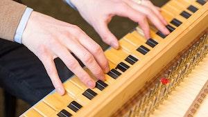 Christian Kjos' hender på cembalotangentene