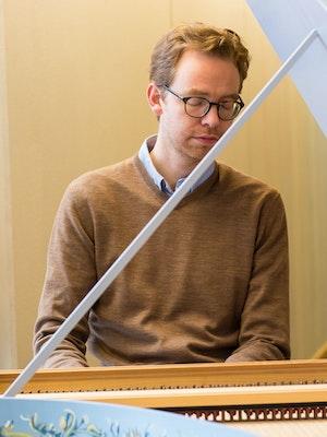Christian Kjos bak cembaloet