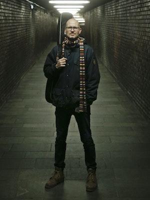 Hans Petter Solli står på t-banestasjon