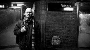 Han Petter Solli står foran skilt på t-banestasjon