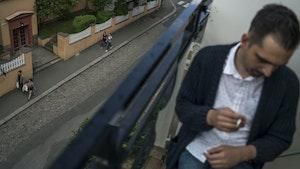 Koka Nikoladze sitter på balkongen sin og røyker