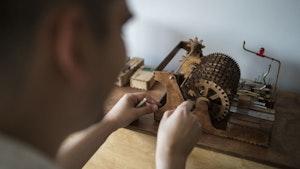 Koka Nikoladze jobber med en av sine hjemmelagde mekaniske instrumenter