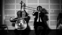 Cellist og trombonist med instrumentene foran ansiktet