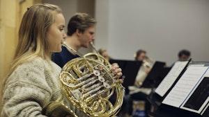 Tone Langsrud spiller horn