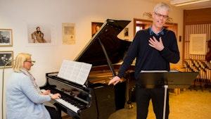 Are Sandbakken synger med akkompagnatør Kristin Fossheim