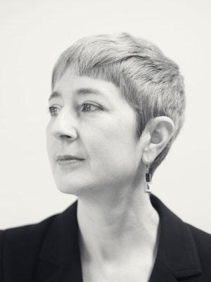 Portrettbilde av Darla Crispin i svart-hvitt