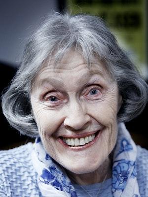 Portrett av Liv Glaser som smiler bredt