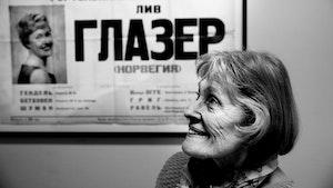Liv Glaser foran plakat med navnet hennes på russisk
