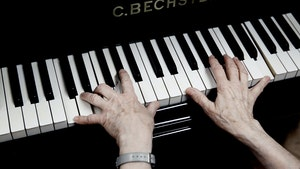 Liv Glasers hender på pianotangenter