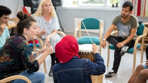 Sofie Mortvedt har musikkterapi på Hvalstad asylmottak