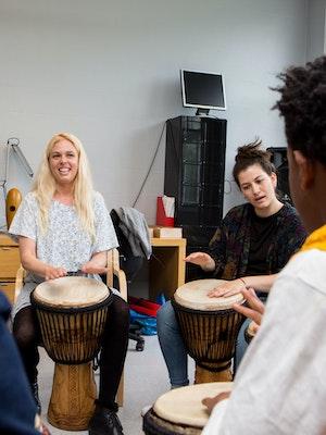 Sofie Mortvedt og musiker Marianna Sangita har musikkterapi med trommer på Hvalstad asylmottak