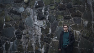 Nils Erik Måseidvåg foran steinvegg