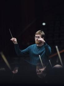 Nils Erik Måseidvåg dirigerer orkester
