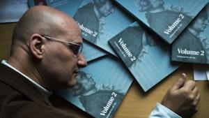 Peter van Tour hviler hodet på masse turkise bøker