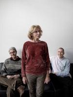 Peter Daatland og Einar Stray sitter i sofae, mens Bodil Maroni Jensen står foran dem