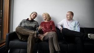Peter Daatland, Bodil Maroni Jensen og Einar Stray sitter i sofa og snakker