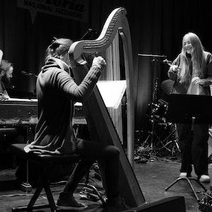 Sofie Tollefsbøl står på scenen på Victoria Nasjonal Jazzscene sammen med harpist