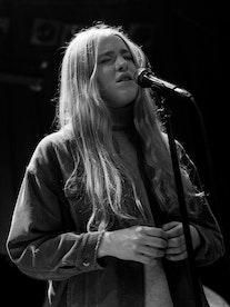Sofie Tollefsbøl synger på scenen
