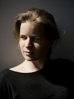 Portrett av Tabita Berglund med skygge over ansiktet