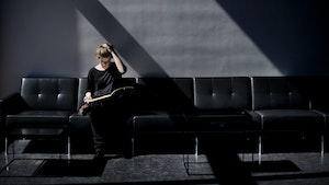 Tabita Berglund sitter i sofa og studerer partiturer