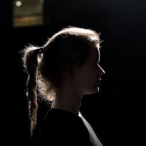 Tabita Berglund i profil i mørket