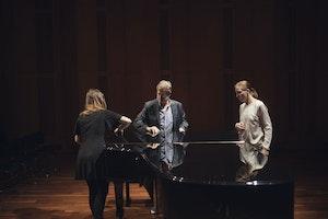 Matti Hirvonen underviser Carla Fernàndez Boix og Jana Aņisimova