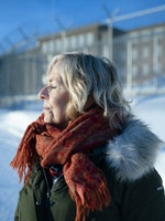 Bente Almås med lukkede øyne, foran Ila fengsel
