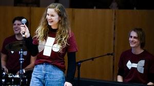Musikkterapistudent Marie Løvås synger i Bredtveit fengsel