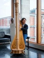 Emmanuel Padilla Holguín spiller harpe i Prismerommet