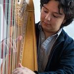 Nærbilde Emmanuel Padilla Holguín som spiller harpe