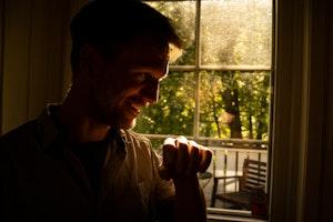 Kristian Lindberg ved vinduet