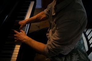 Kristian Lindberg ved klaveret