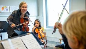 Marja Liisa Sandbakken underviser fiolinelever på UngMusikk, Kolben