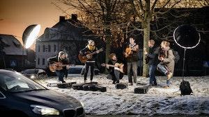NMH-gitarister poserer med gitarer midt i en rundkjøring