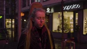 Marie Firing Lemme spaserer nedover Bogstadveien i skumringen. På ryggen har hun en gitar.