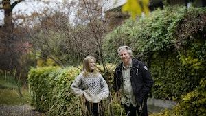 Andrine Erdal og Torodd Wigum står i hage