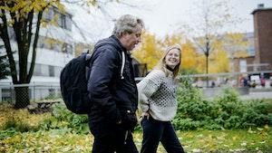 Andrine Erdal og Torodd Wigum går og prater i en park