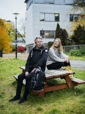 Andrine Erdal og Torodd Wigum sitter på en benk og prater